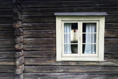 Omålat knuttimrat hus. Foto Magnus Sjöberg Design